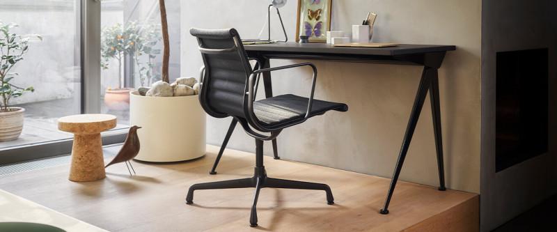 Vitra Sekretär Compas Direction mit Aluminium Chair EA 108 im Home Office