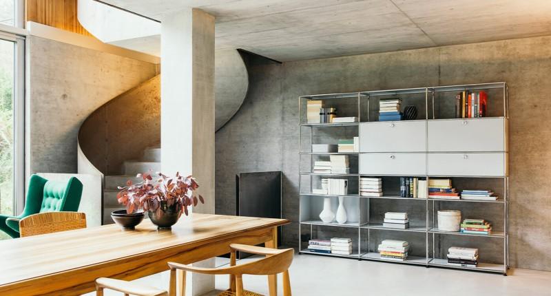 USM Haller Wohnzimmerregal individuell konfigurierbar im modernen Architektenhaus